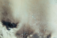 Fragment av den gamla, smutsiga och brända väggen på en gata i staden, tappningeffekt, bakgrund Royaltyfria Bilder