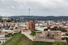 Fragment av den gamla staden med det berömda Gediminas tornet i Vilnius Arkivbild
