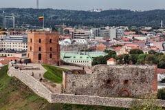 Fragment av den gamla staden med det berömda Gediminas tornet i Vilnius Arkivbilder