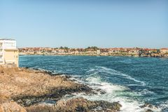 Fragment av den gamla staden av Sozopol, Bulgarien Sikt av fjärden på Blacket Sea i staden Royaltyfri Foto