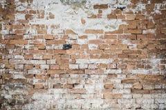 Fragment av den gamla tegelstenväggen med mångfärgade tegelstenar och signaler, bakgrund Royaltyfria Foton