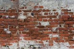 Fragment av den gamla tegelstenväggen med mångfärgade tegelstenar och signaler, bakgrund Arkivfoton