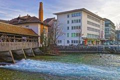 Fragment av den gamla träslussbron i Thun den gamla staden Royaltyfri Foto