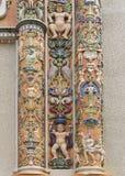 Fragment av den högt dekorerade ingången på Roosevelt Bell Tower Arkivbilder