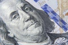 Fragment av den hundra dollarsedeln med en stående av Franklin arkivbild