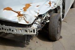 Fragment av den kraschade bilen med den rostiga huven Royaltyfria Bilder