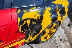 Fragment av den Mazda bilen med den ljusa aggressiva rovdjuret Royaltyfria Foton