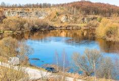 Fragment av den Sluch floden nära staden av Novograd-Volynsky, Ukraina royaltyfri foto
