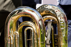 Fragment av den stora mässingstuban del av musikinstrumentet Royaltyfria Bilder