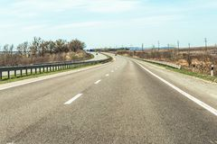 Fragment av den ukrainska internationella huvudvägM-huvudvägen, förbindande Kiev med den near kotletten för ungersk gräns Arkivbilder
