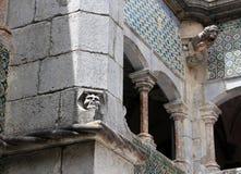 Fragment av den yttre väggen av den Pena slotten med en vattenkastare i Sintra Royaltyfri Bild