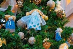 Fragment av det dekorerade julgranträdet Royaltyfria Bilder