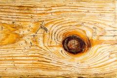 Fragment av det gamla brännugn-torkade skrapade träbrädet som bakgrund. Arkivbilder