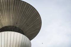 Fragment av det konkreta vattentornet Arkivfoto