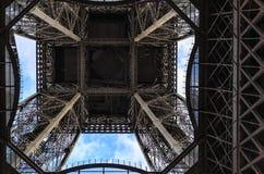 Fragment av Eiffeltorn mot himlen arkivfoto