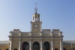 Fragment av en byggnad järnvägsstationen i staden av Yaroslavl royaltyfria bilder