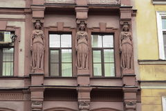 Fragment av en byggnad med karyatider royaltyfri bild