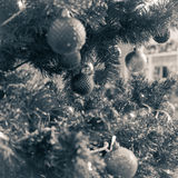 fragment av en dekorerad julgran Arkivbilder