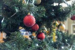 fragment av en dekorerad julgran Arkivfoto