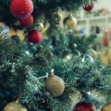fragment av en dekorerad julgran Arkivbild
