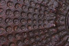 Fragment av en gammal rostig manhål som täckas med smuts Fotografering för Bildbyråer