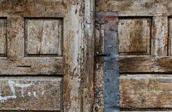 Fragment av en gammal trädörr Arkivfoton