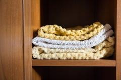 Fragment av en hem- garderob med handdukar Royaltyfri Foto