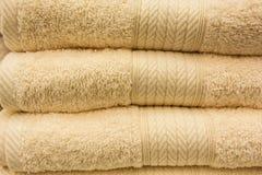 Fragment av en hem- garderob med handdukar Arkivfoto