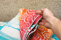 Fragment av en hem- garderob med handdukar Arkivfoton