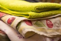 Fragment av en hem- garderob med handdukar Royaltyfria Bilder