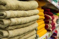 Fragment av en hem- garderob med handdukar Arkivbilder