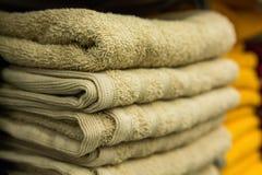 Fragment av en hem- garderob med handdukar Arkivbild