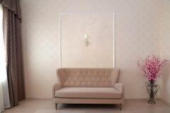 Fragment av en inre av ett hotellrum med en soffa och anständigheter Arkivfoto