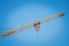 Fragment av en kran mot en blå himmel Byggande arkivfoto