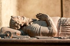 Fragment av en medeltida sarkofag med ett diagram av en riddare arkivbilder