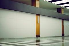 Fragment av en modern inre av en offentlig kontorsbyggnad arkivfoto