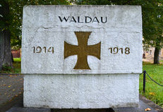 Fragment av en monument till WALDAU 1914-1918 som har förgåtts i dagar av världskrig I Arkivfoto