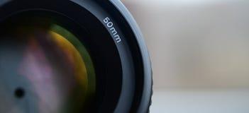 Fragment av en stående lins för en modern SLR kamera Ett fotografi av enöppning lins med en brännvidd av 50mm Royaltyfri Fotografi