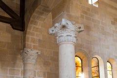 Fragment av en utsmyckad dekorerad kolonn i den centrala korridoren i Tabgha - katolsk kyrkamultiplikation av bröd och fisken lok arkivfoton