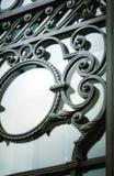 Fragment av ett från gångna tider dekorativt järngaller, närbild royaltyfria bilder
