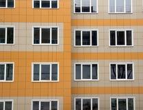 Fragment av ett nytt hus med den ventilerade fasaden som göras av keramiska tegelplattor Arkivbild