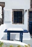 Fragment av ett typisk blått-och-vit hus i den Santorini ön, Grekland Royaltyfria Bilder