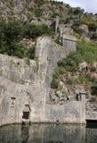 Fragment av fästningen nära den södra porten också som är bekant som den Gurdic porten av den gamla staden av Kotor, Gurdic basti Royaltyfri Fotografi