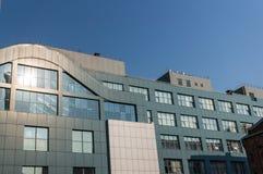 Fragment av fasaden av en modern kontorsbyggnad med panorama- fönster arkivbild