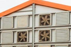 Fragment av fasaden av ett jordbruks- hönshus med ett system för fasadluftutbyte Arkivfoton