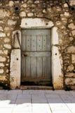 Fragment av fasaden av ett stenhus med en dörr i Kroatien Fotografering för Bildbyråer