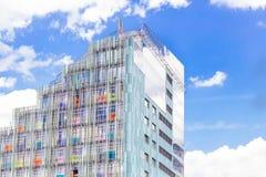 Fragment av fasaden av mång--våning bostads- byggnad Mångfärgat lägenhethus royaltyfri fotografi