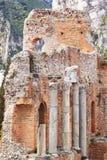 Fragment av gammalgrekiskatemplet i dalen av tempel Lopp till ön av Sicilien utomhus- Selektivt fokusera royaltyfri fotografi