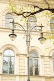 Fragment av gatalampor på bakgrunden av ett historiskt hus på den Konyushennaya gatan i St Petersburg royaltyfri bild