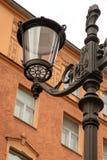 Fragment av gatalampor p? bakgrunden av ett historiskt hus p? den Konyushennaya gatan i St Petersburg arkivbild
